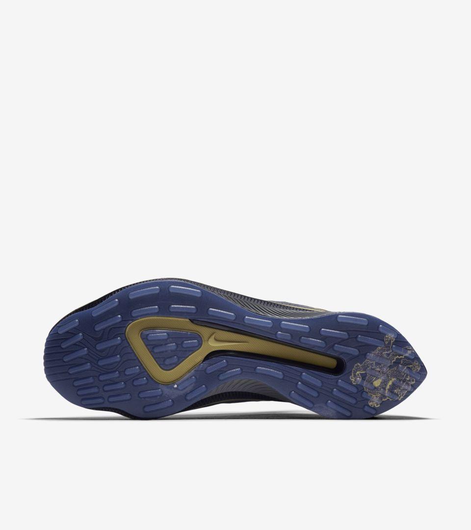 花纹以及鞋底的龙形图案的设计灵感源自 c罗所热爱的中国元素,并印有