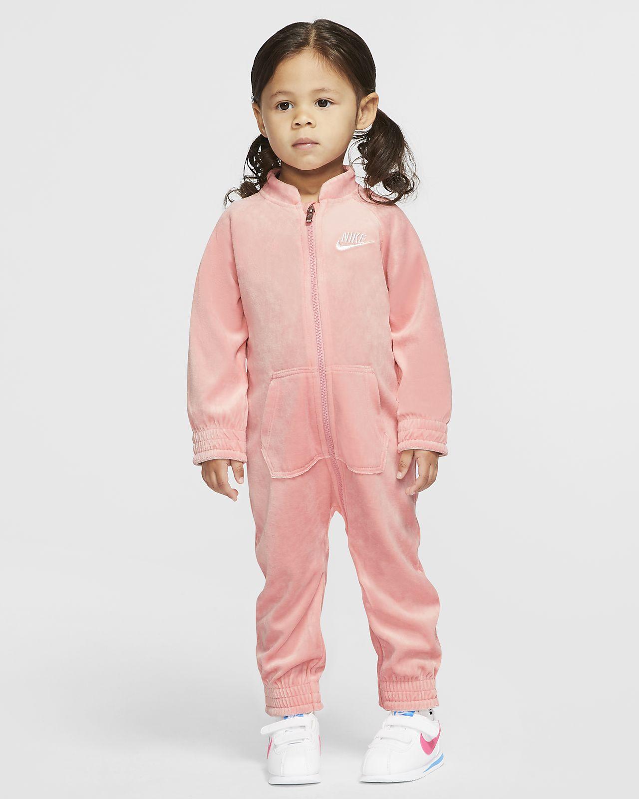 Βελουτέ ολόσωμη φόρμα με φερμουάρ σε όλο το μήκος Nike για βρέφη (12-24M)