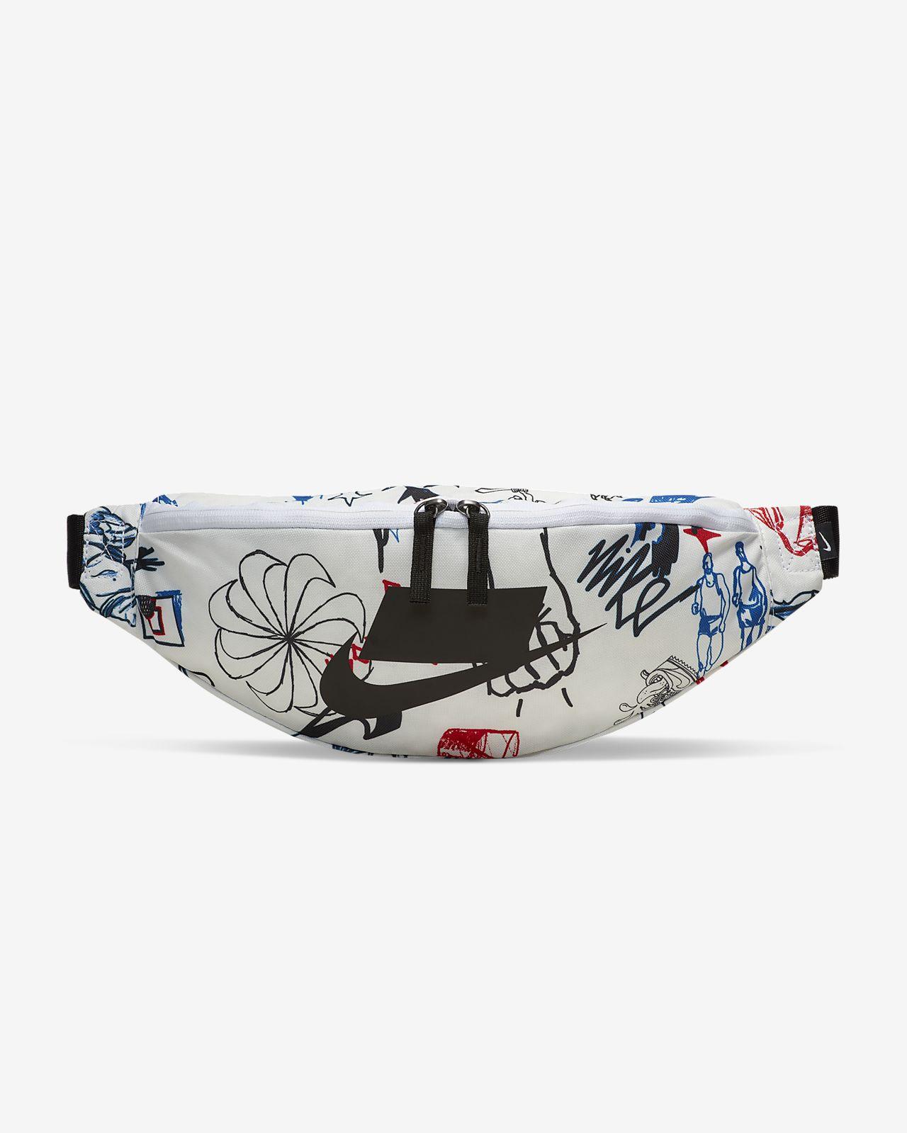 กระเป๋าคาดเอวพิมพ์ลาย Nike Heritage