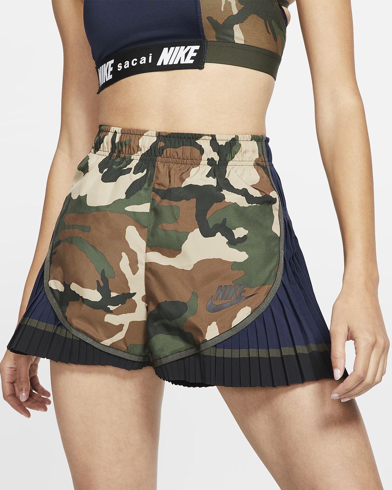 Nike x Sacai Pantalón corto plisado Tempo con estampado de camuflaje - Mujer