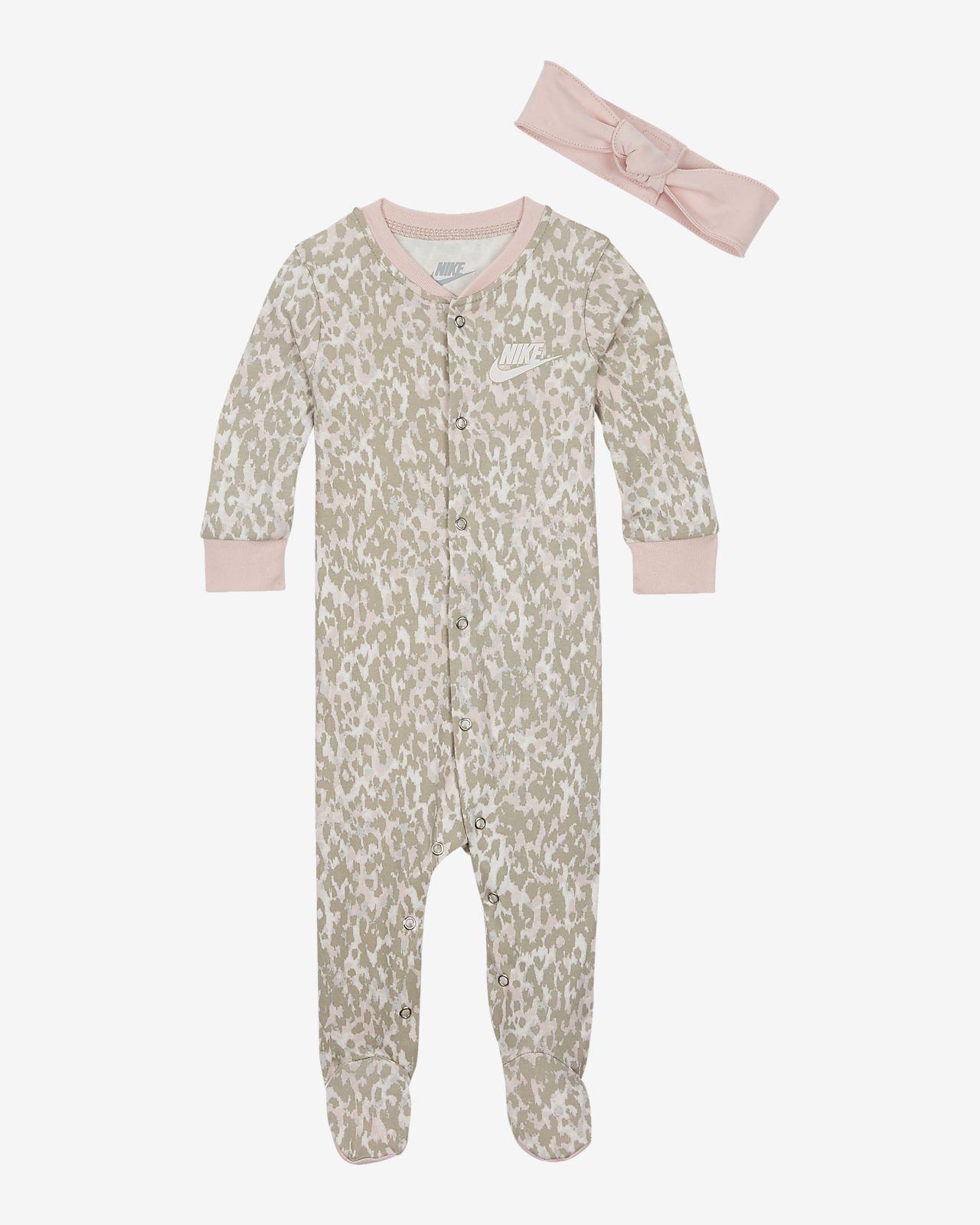 Souprava Nike s kombinézou a čelenkou pro kojence (0 – 9 měsíců)