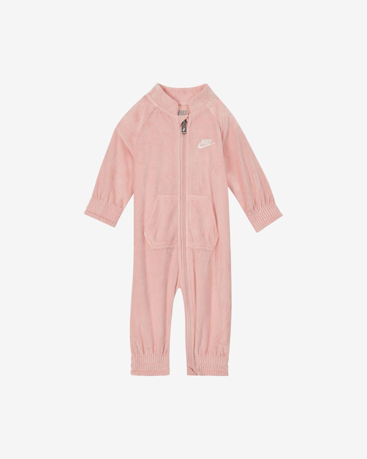 Βελουτέ ολόσωμη φόρμα με φερμουάρ σε όλο το μήκος Nike για βρέφη (0-9M)