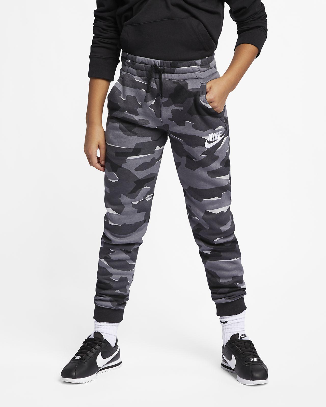 15842f28d ... Maskáčové běžecké kalhoty Nike Sportswear pro větší děti (chlapce)