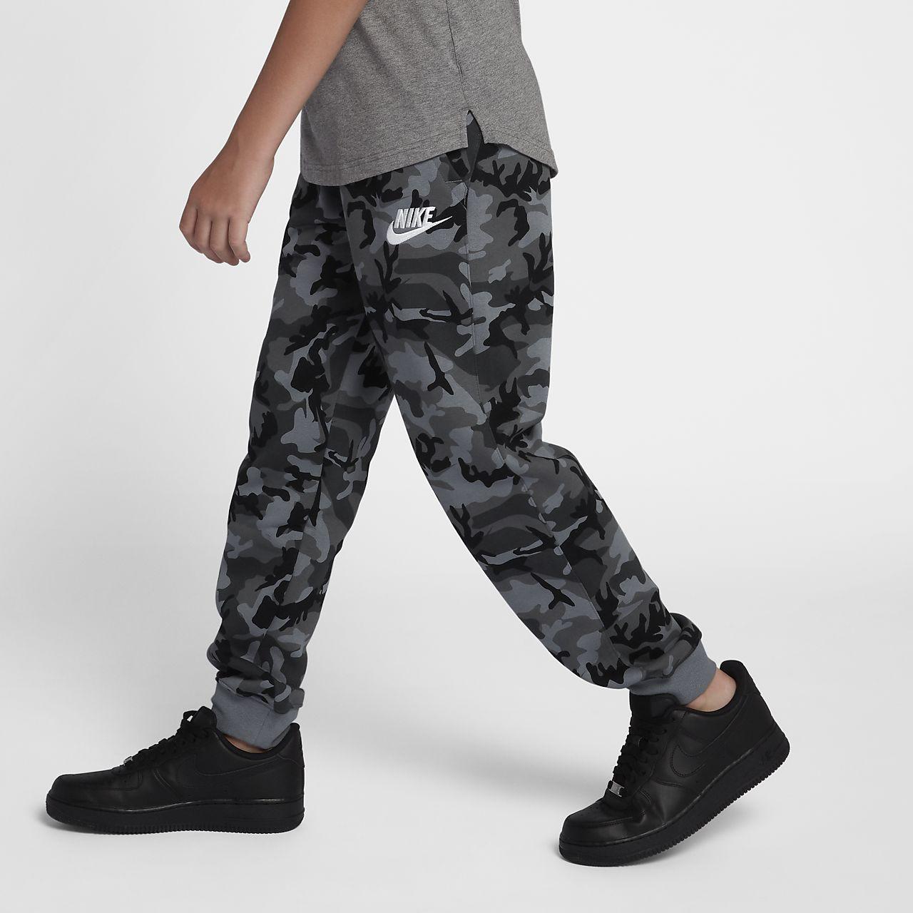 67496cdca17 ... Εμπριμέ παντελόνι φόρμας Nike Sportswear Club Fleece για μεγάλα αγόρια