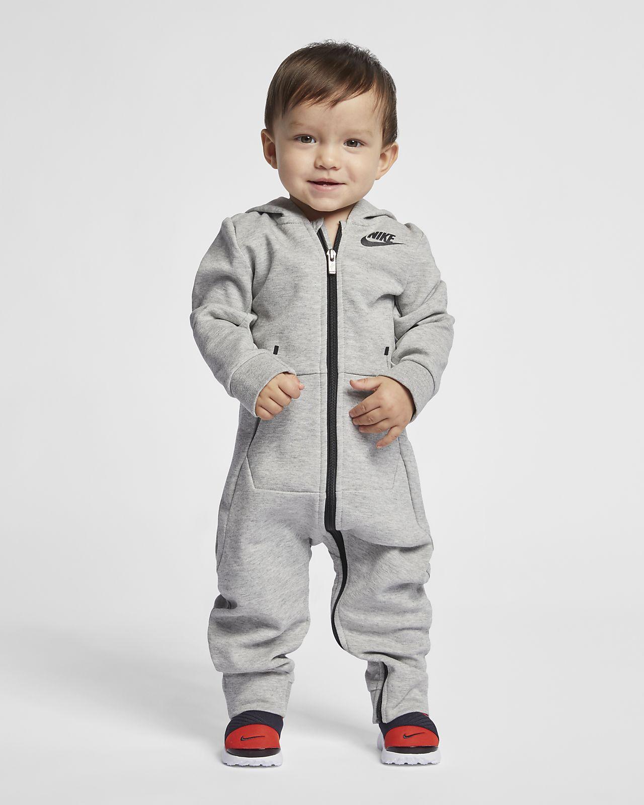 Nike Sportsweear Tech Fleece-heldragt med fødder og hætte til babyer (12-24 M)