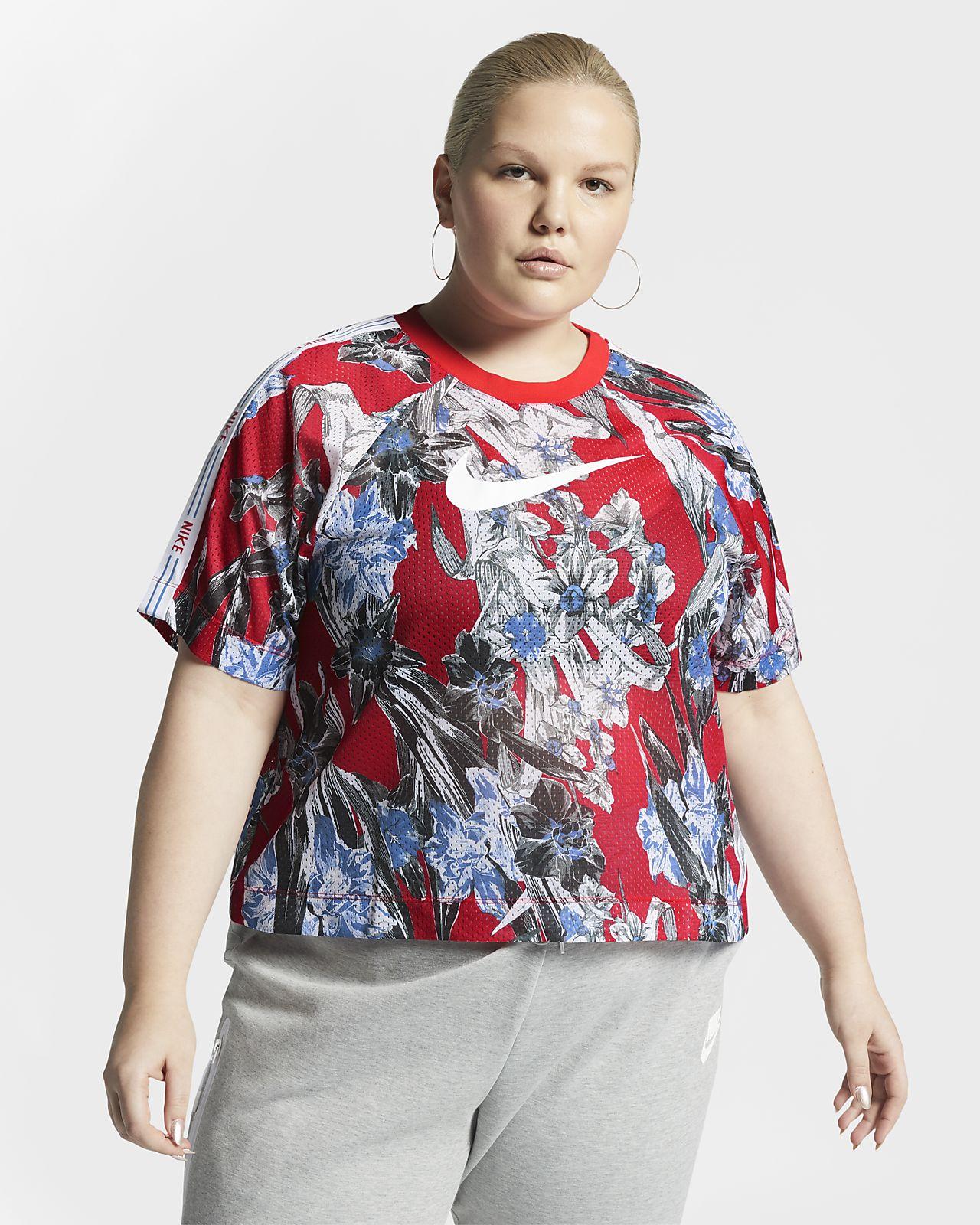 e9468302d0e6 ... Γυναικεία κοντομάνικη φλοράλ μπλούζα Nike Sportswear (μεγάλα μεγέθη)