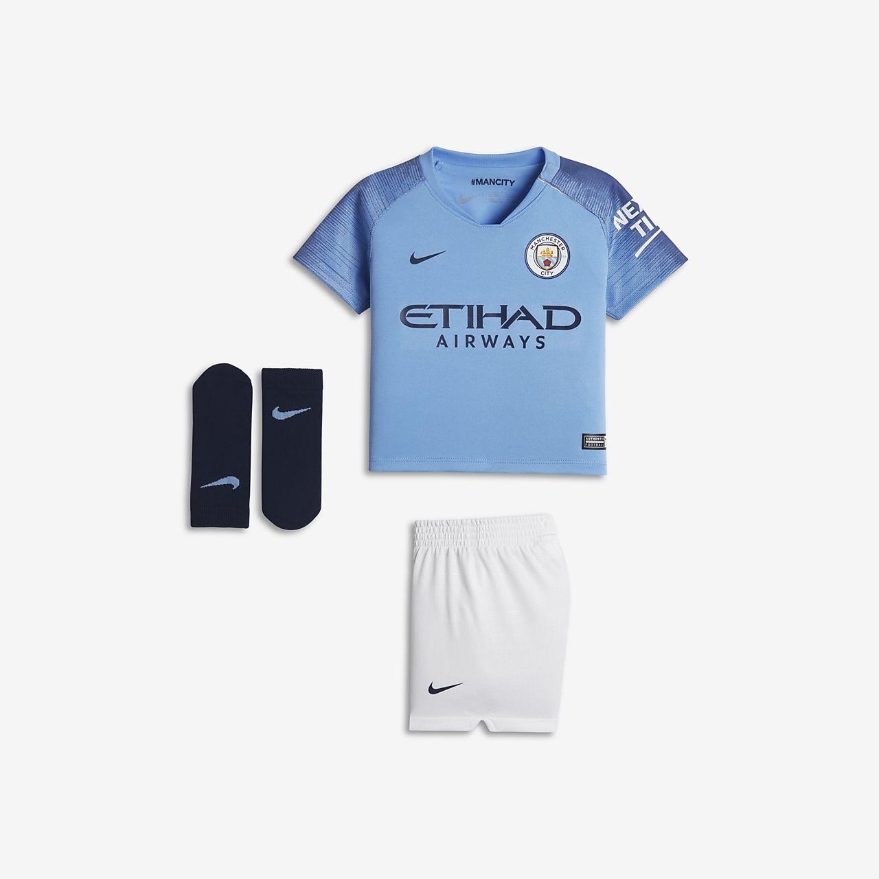 a84f7c881 ... Kit de fútbol para bebé e infantil de local Stadium del Manchester City  FC 2018