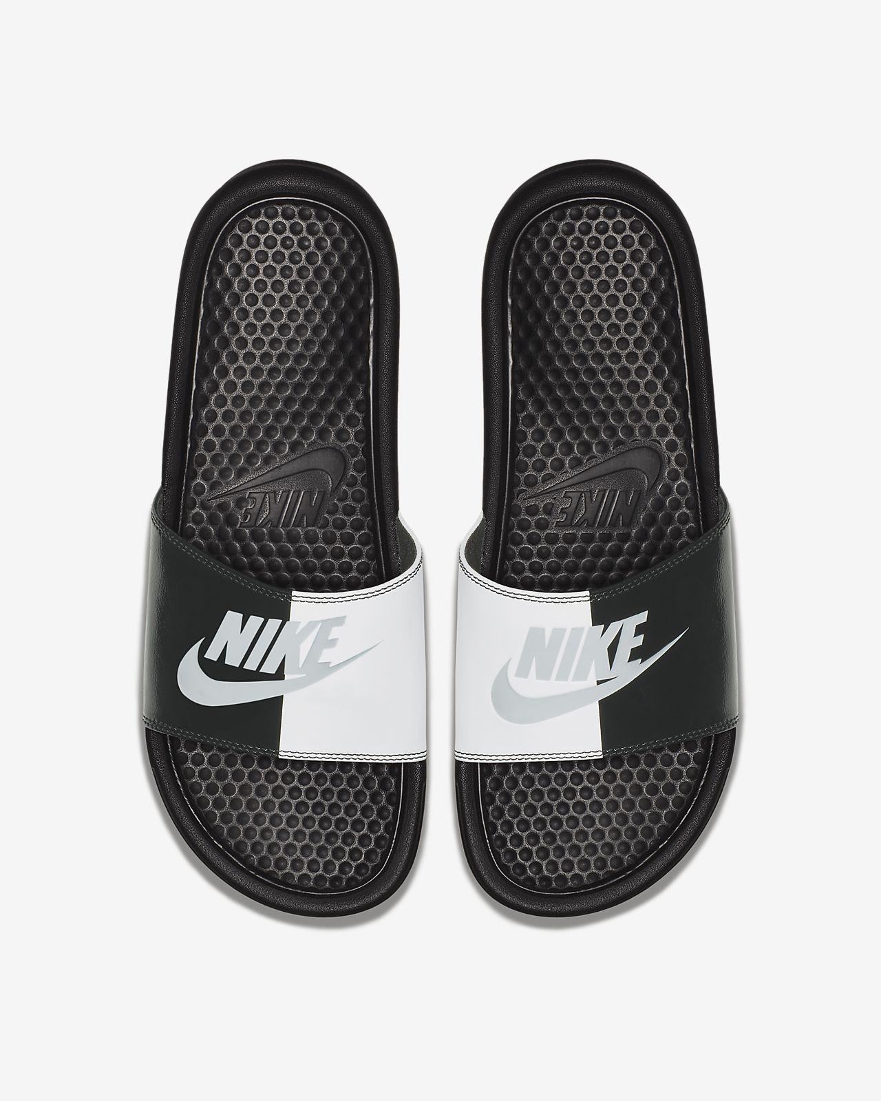 Nike Benassi Badeslipper. Nike  DE Material voll ausnutzen