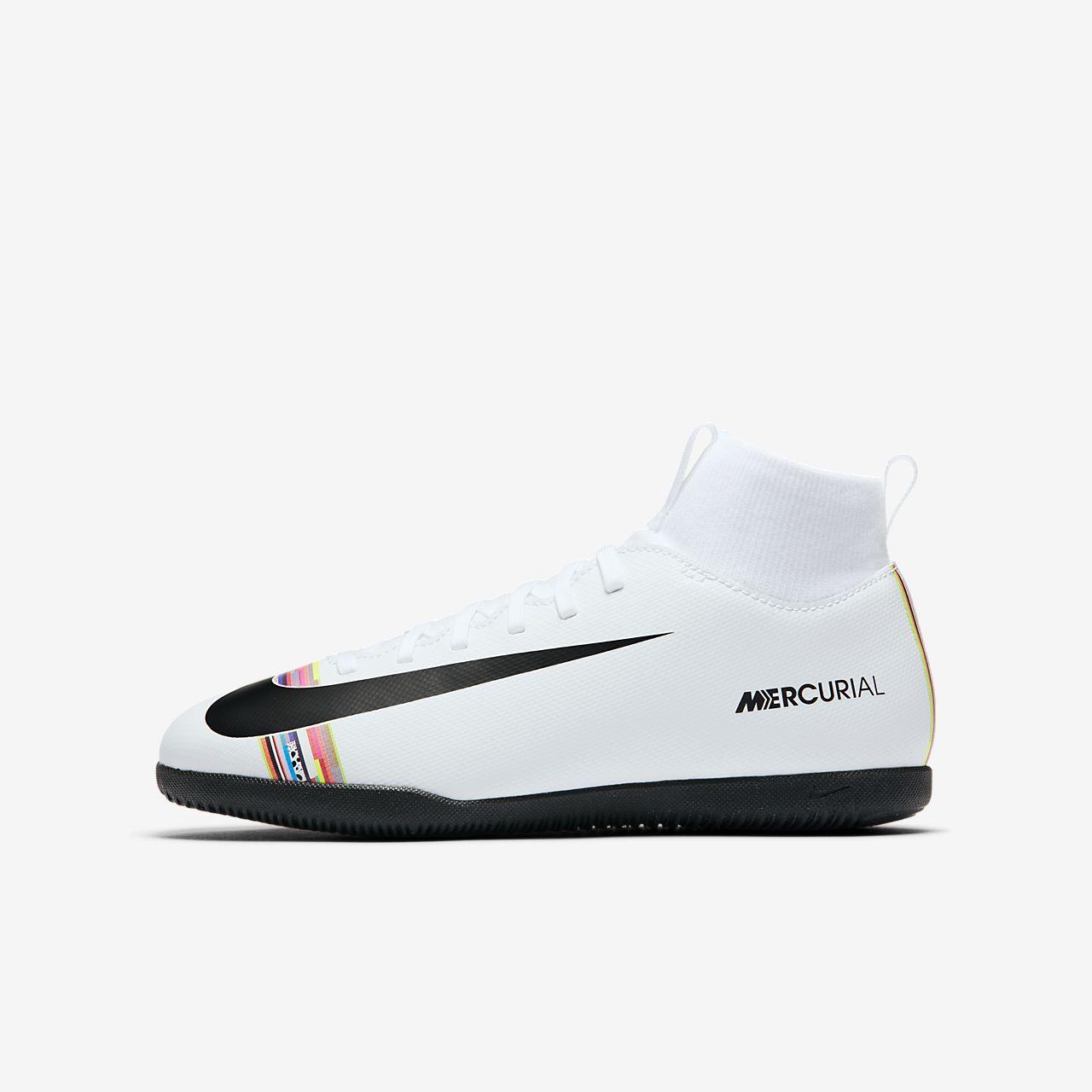 Nike Jr. SuperflyX 6 Club IC Fußballschuh für Hallen- und Hartplätze für jüngere/ältere Kinder