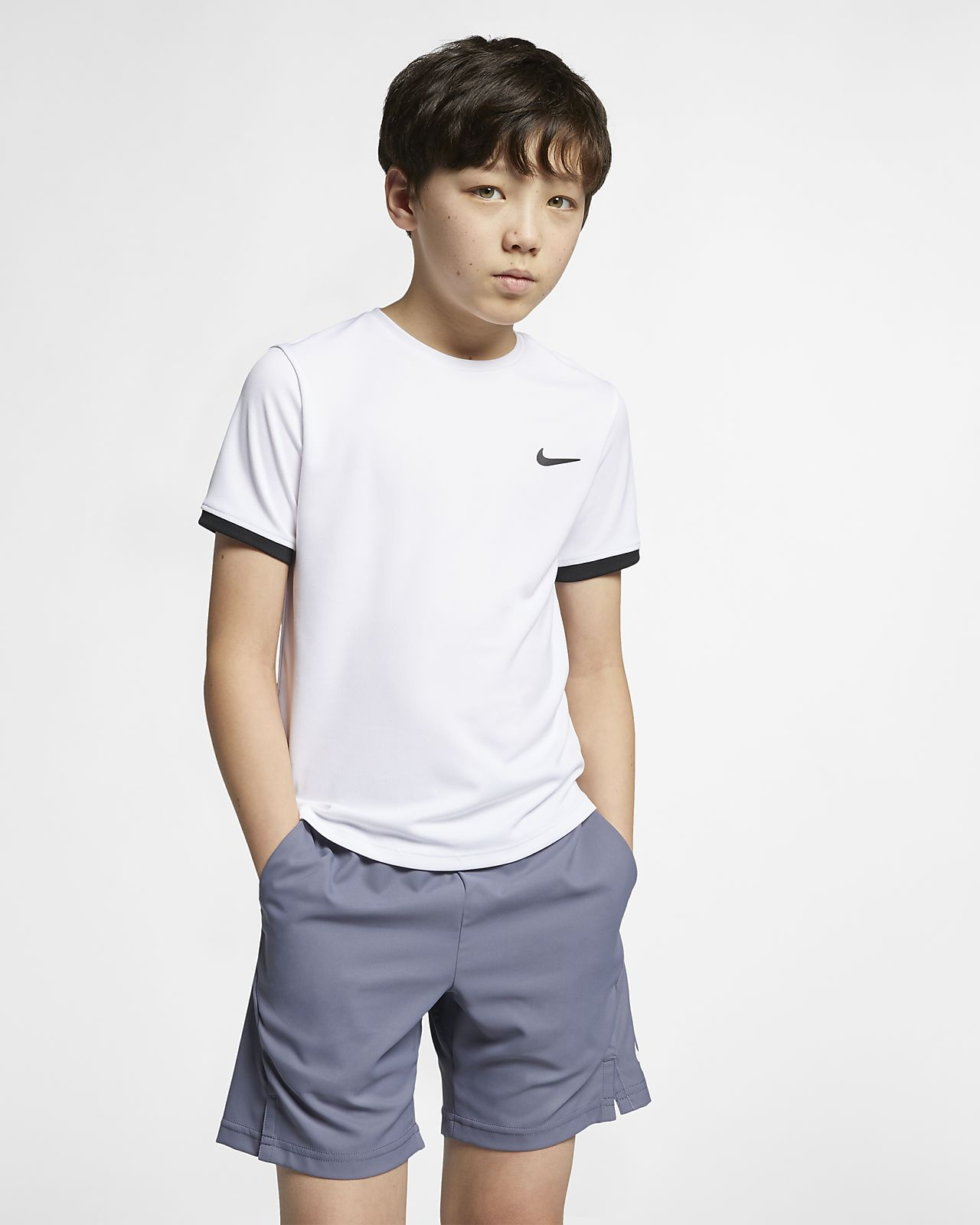 Kortærmet NikeCourt Dri-FIT-tennisoverdel til store børn (drenge)