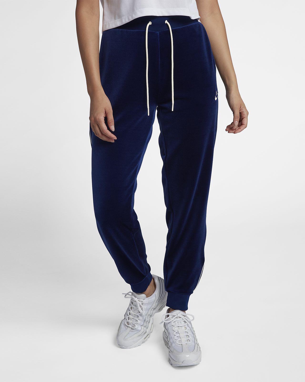 Tracksuits Nike - always stylish and practical