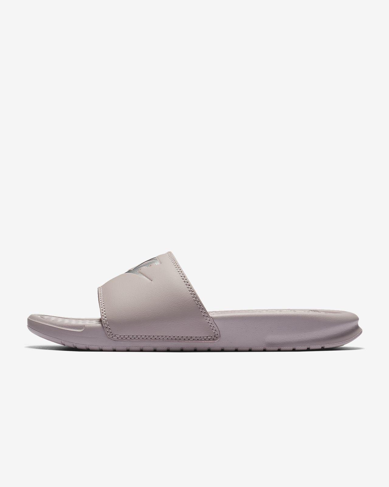 timeless design 0a6df 3e2b1 ... Claquette Nike Benassi pour Femme