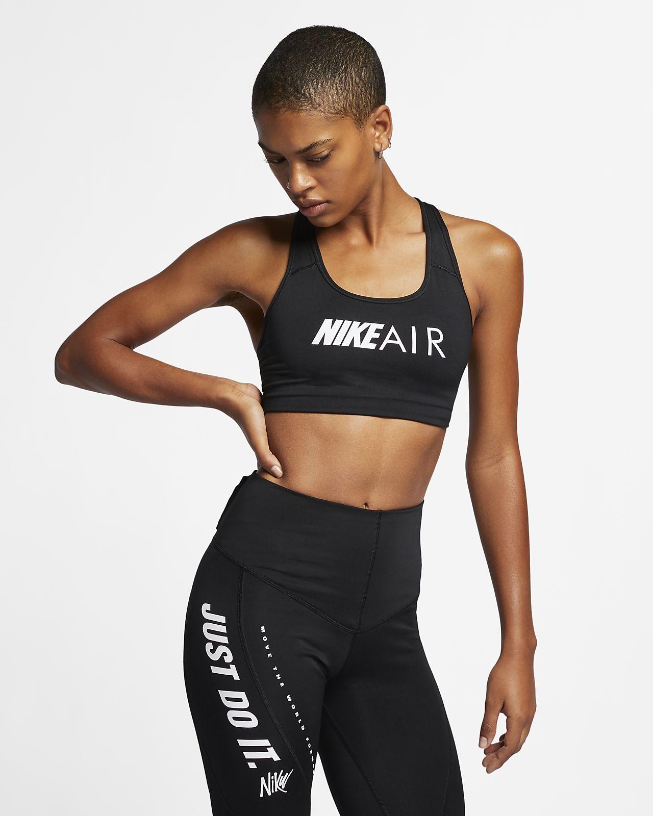 Dámská sportovní podprsenka Nike Swoosh se střední oporou a nápisem