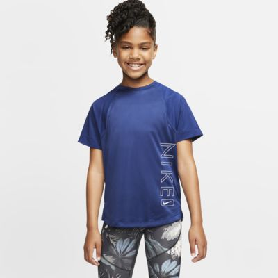 Kortärmad träningströja med tryck Nike Dri-FIT för ungdom (tjejer)