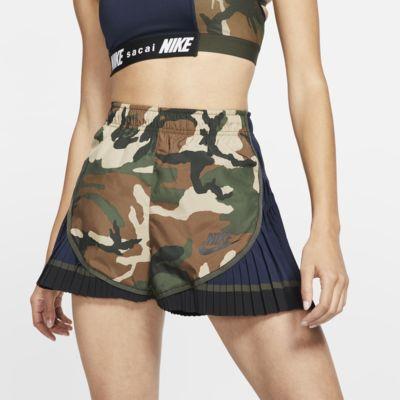 Nike x Sacai Pantalons curts Tempo plisats de camuflatge - Dona