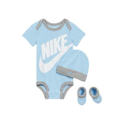 Σετ με ολόσωμο κορμάκι, σκούφο και καλτσάκια Nike Sportswear για βρέφη