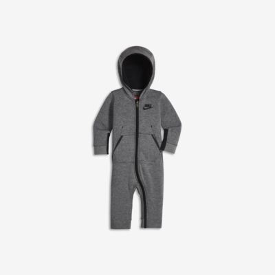 Kombinéza s kapucí Nike Sportswear Tech Fleece pro kojence (12–24 měsíců)