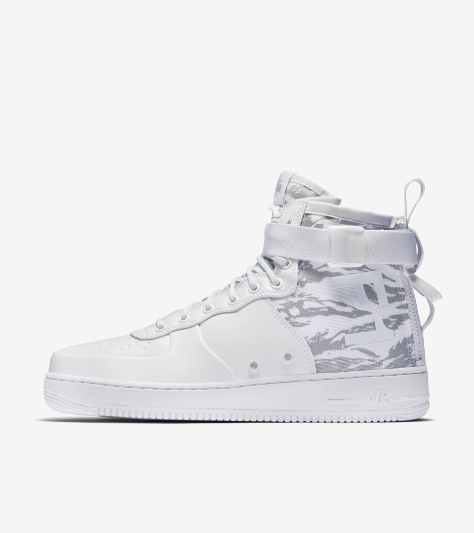 abeja preferir Tacto  Nike SF Air Force 1 Mid 'Triple White' Release Date. Nike SNKRS