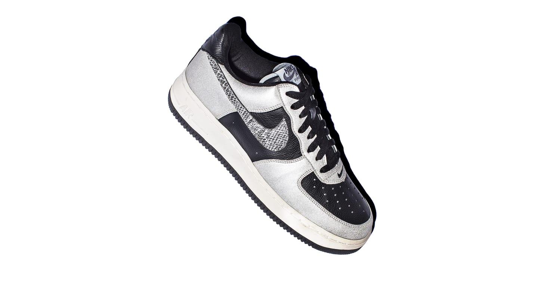 No interior do baú: co.JP Air Force 1 B. Nike SNEAKRS PT