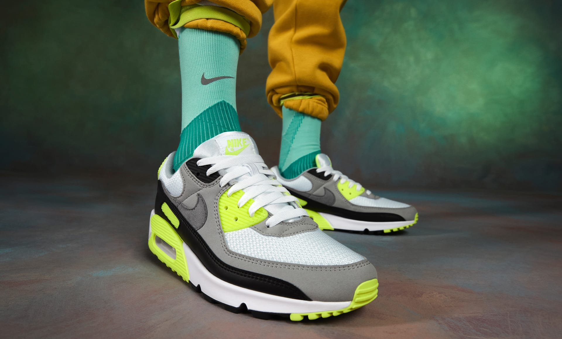 Nike Air Max 90 Black White Medium Grey Volt + How to Lace your Sneakers