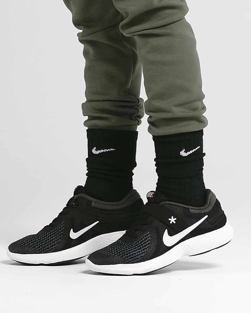 Nike Revolution 4 FlyEase 4E